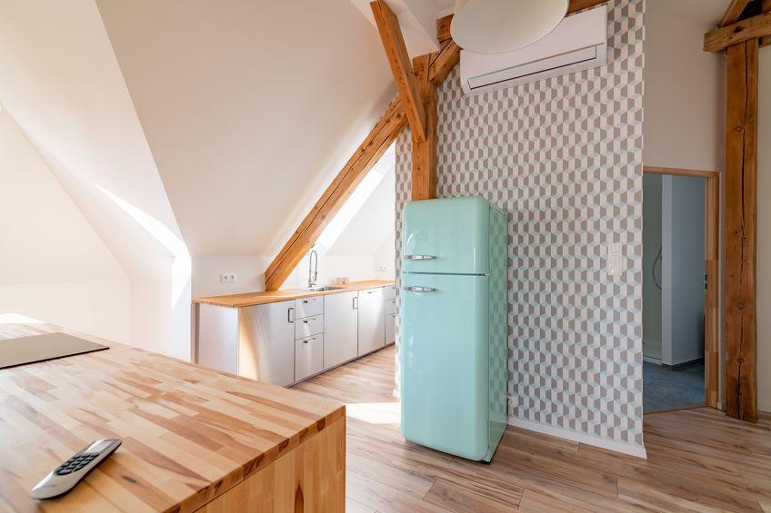 Frigorifero a doppia porta con congelatore superiore