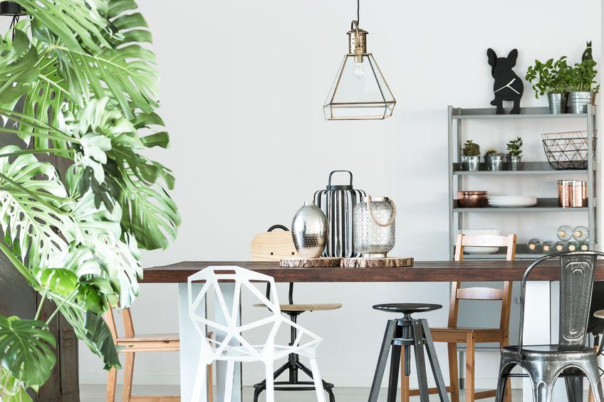 tavolo pranzo con sedie di stile diverso