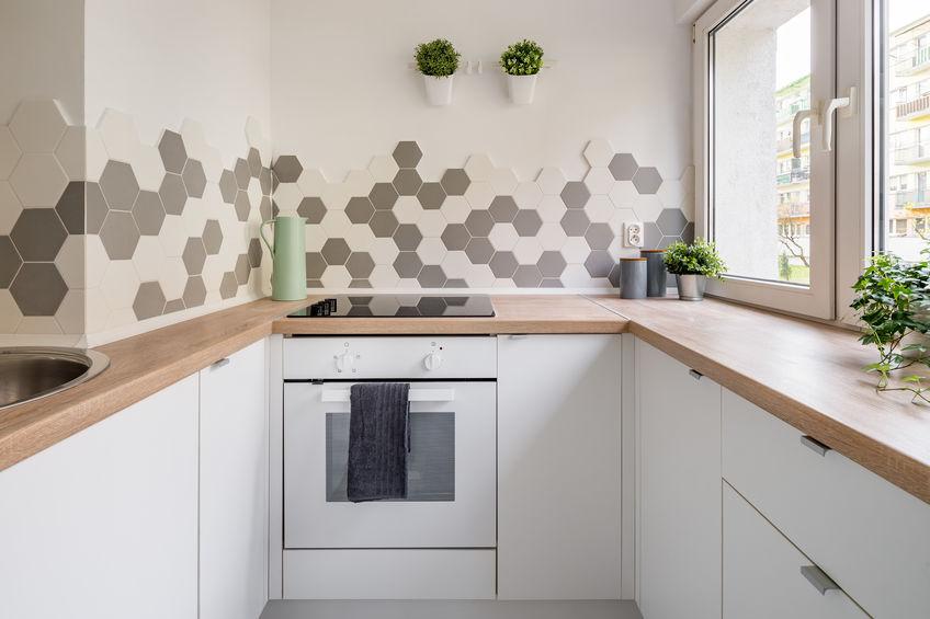paraschizzi cucina con piastrelle esagonali