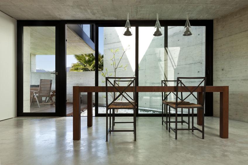 Sala da pranzo con vista su veranda attrezzata