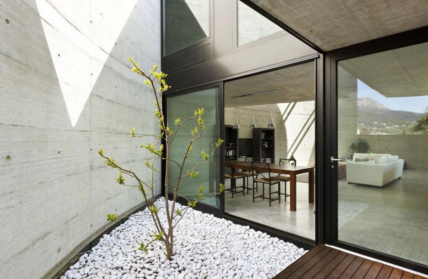 Veranda in una bellissima soluzione villa moderna in cemento