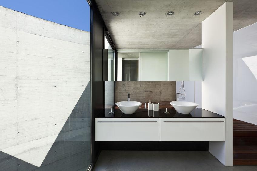 Bagno moderno in una villa in cemento