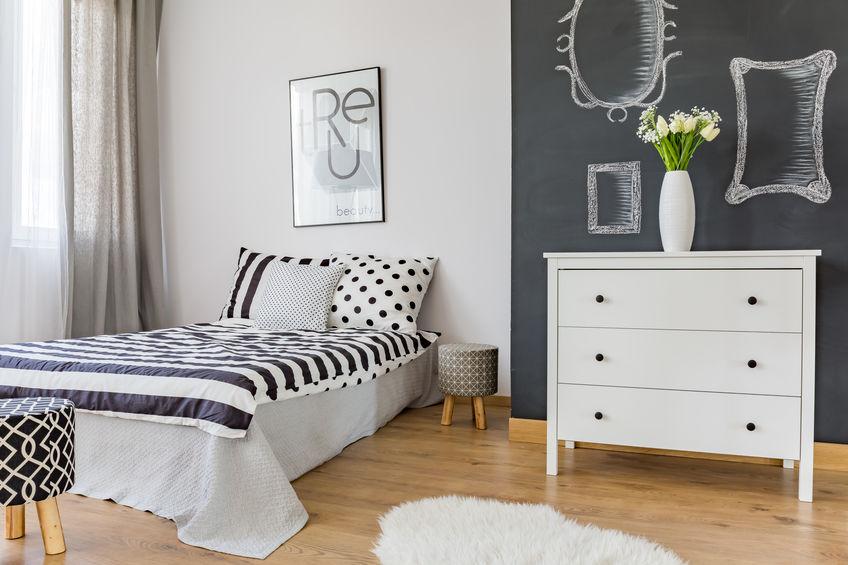 Parete lavagna in camera da letto: divertente e ornamentale