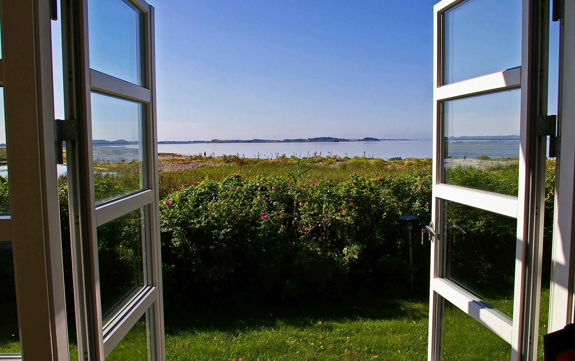 Infissi: finestra con apertura a sporgere