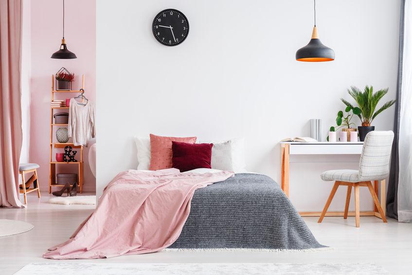 camera da letto con arredamento femminile