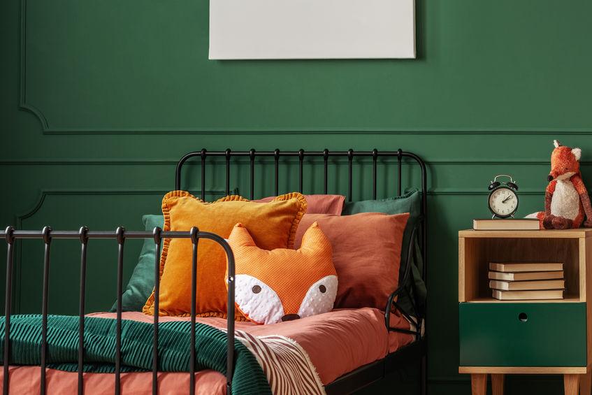Cameretta per bambini: piccola con parete in verde bosco