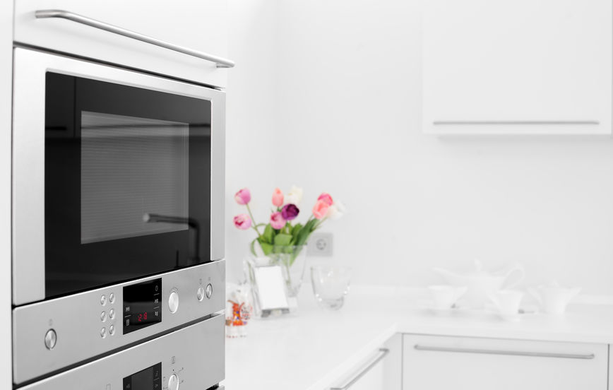 Cucina con forno a microonde