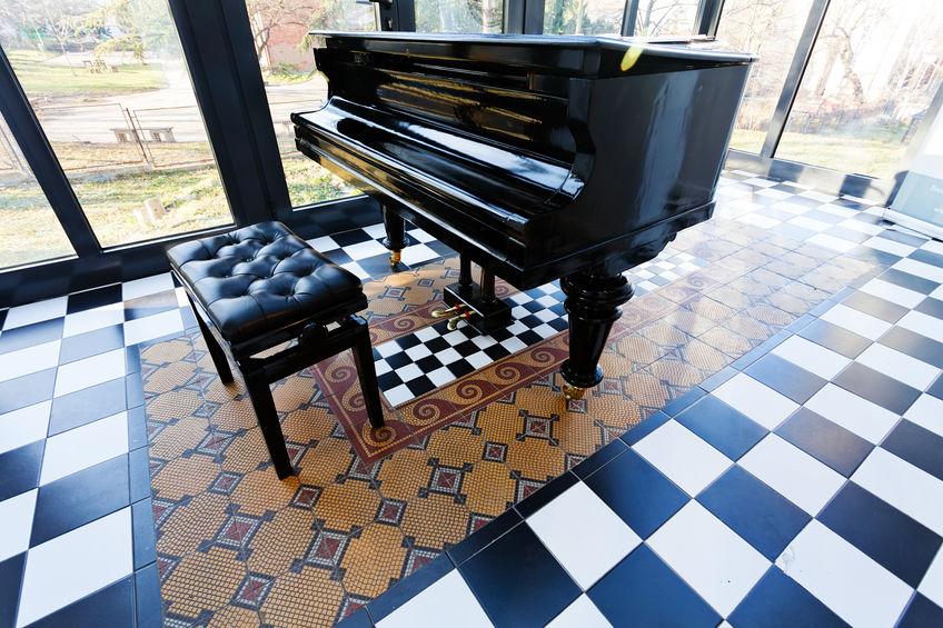 Veranda chic con pavimento bianco e nero a scacchi