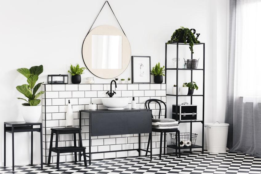 Bagno con pavimento bianco e nero a scacchi