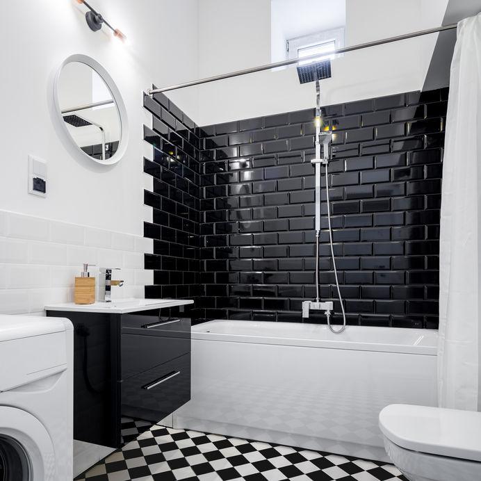 Pavimento a scacchi bianco e nero per il bagno