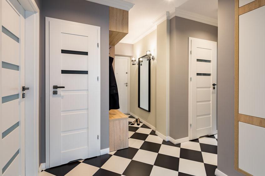 Ingresso con pavimento bianco e nero a scacchi