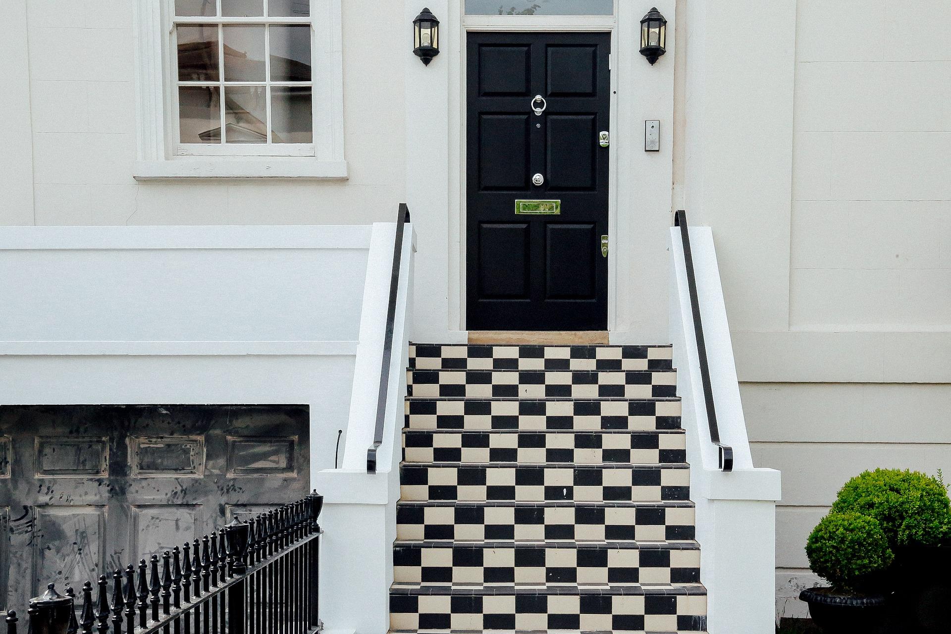 Ingresso outdoor con rampe in bianco e nero a scacchi