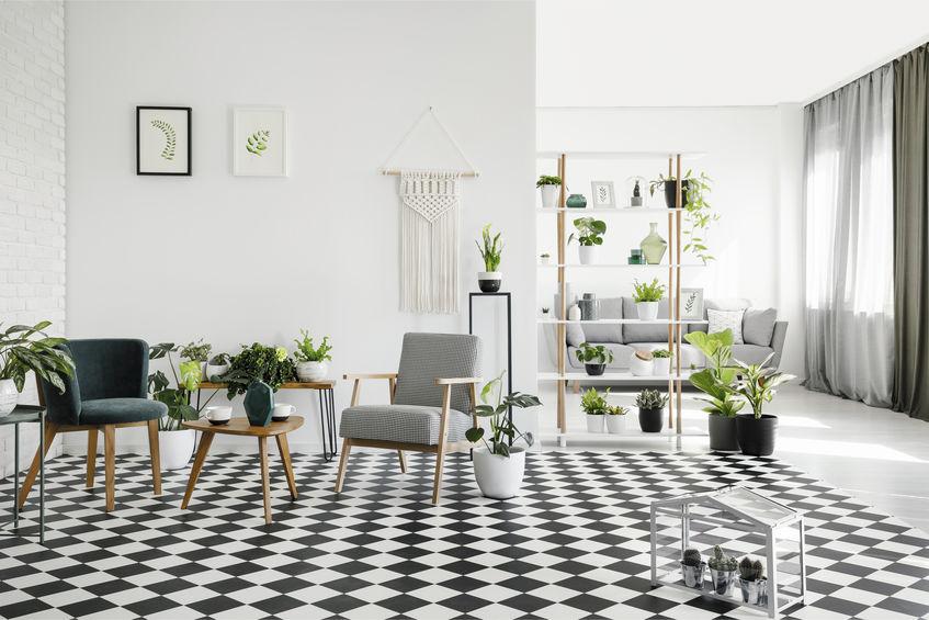 Pavimento bianco e nero a scacchi nei diversi ambienti di casa
