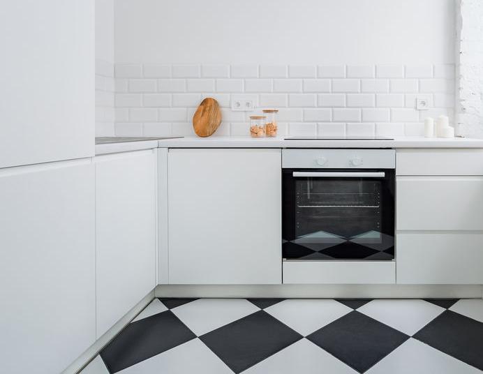 Pavimento a scacchi: il bianco e nero in casa