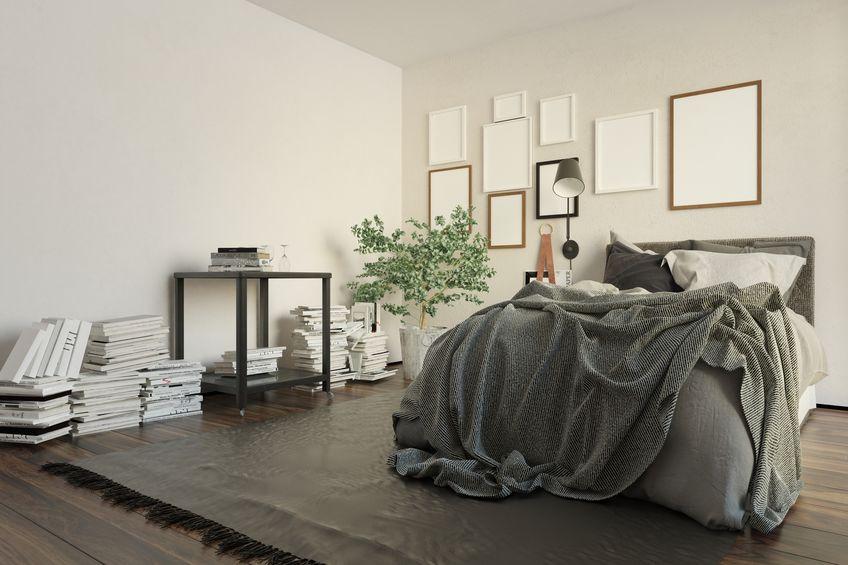 Plaid, coperte e cuscini in una camera da letto maschile
