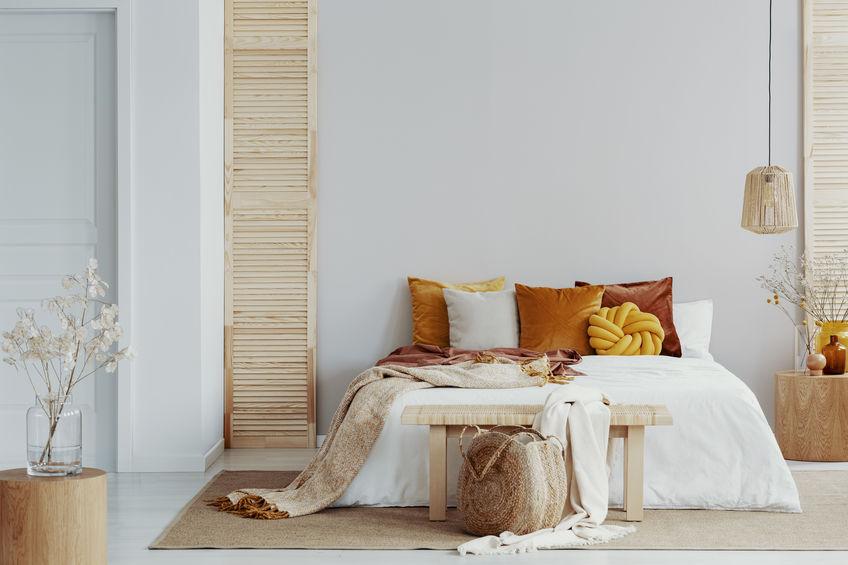 Camera da letto con arredi naturali e colori neutri