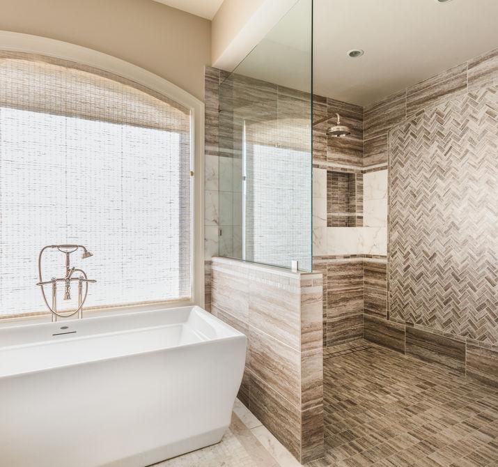 bagno di lusso con rivestimenti in marmo