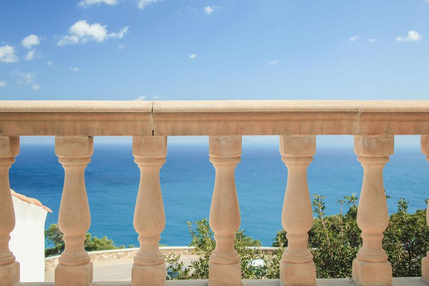 Balcone con ringhiera in pietra