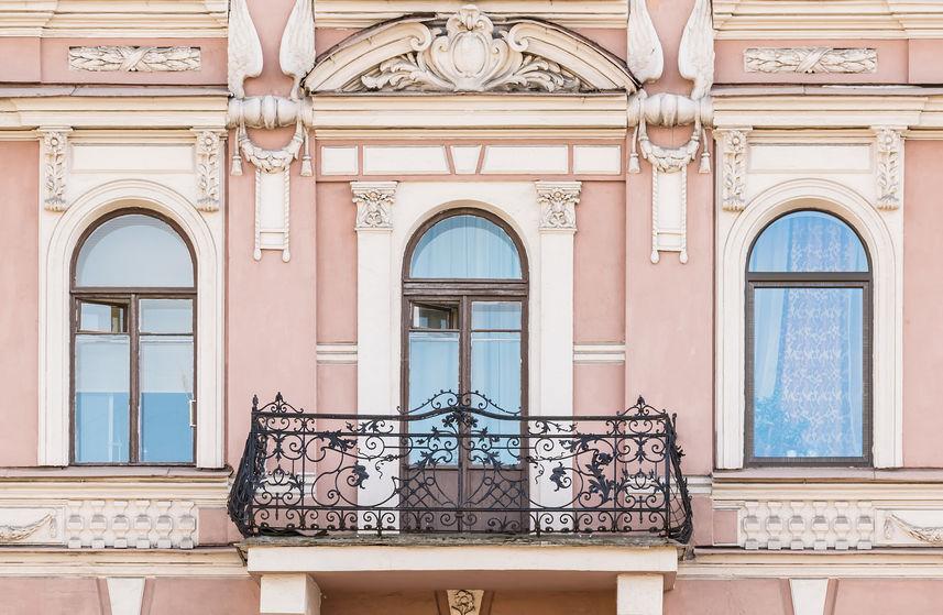 Balcone con ringhiera in ferro battuto
