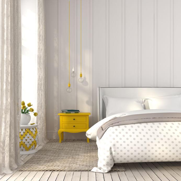 Dettagli in giallo per una camera matrimoniale elegante