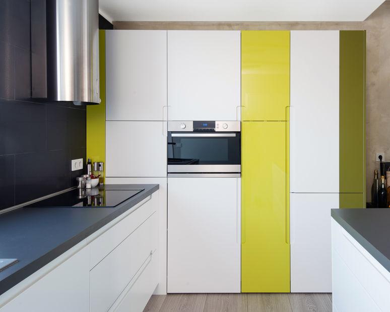 Cucina: monocromatica con inserti in giallo