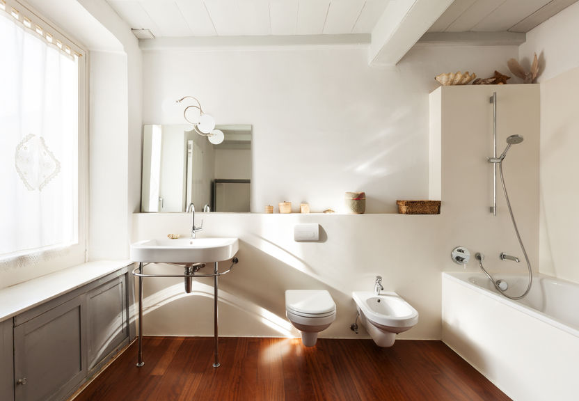 bagno moderno con pavimento in legno