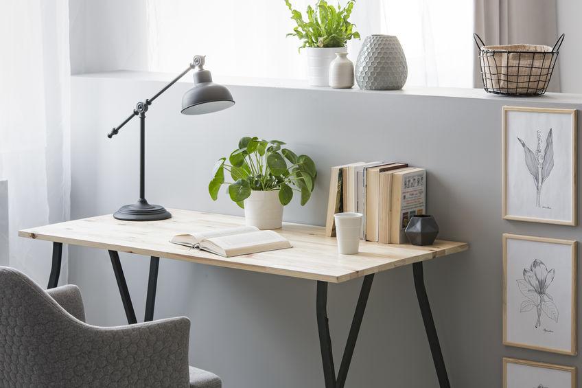 scrivania con piano in legno di recupero