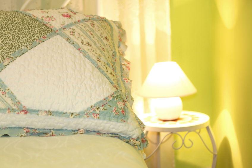 Illuminare in stile provenzale una camera da letto