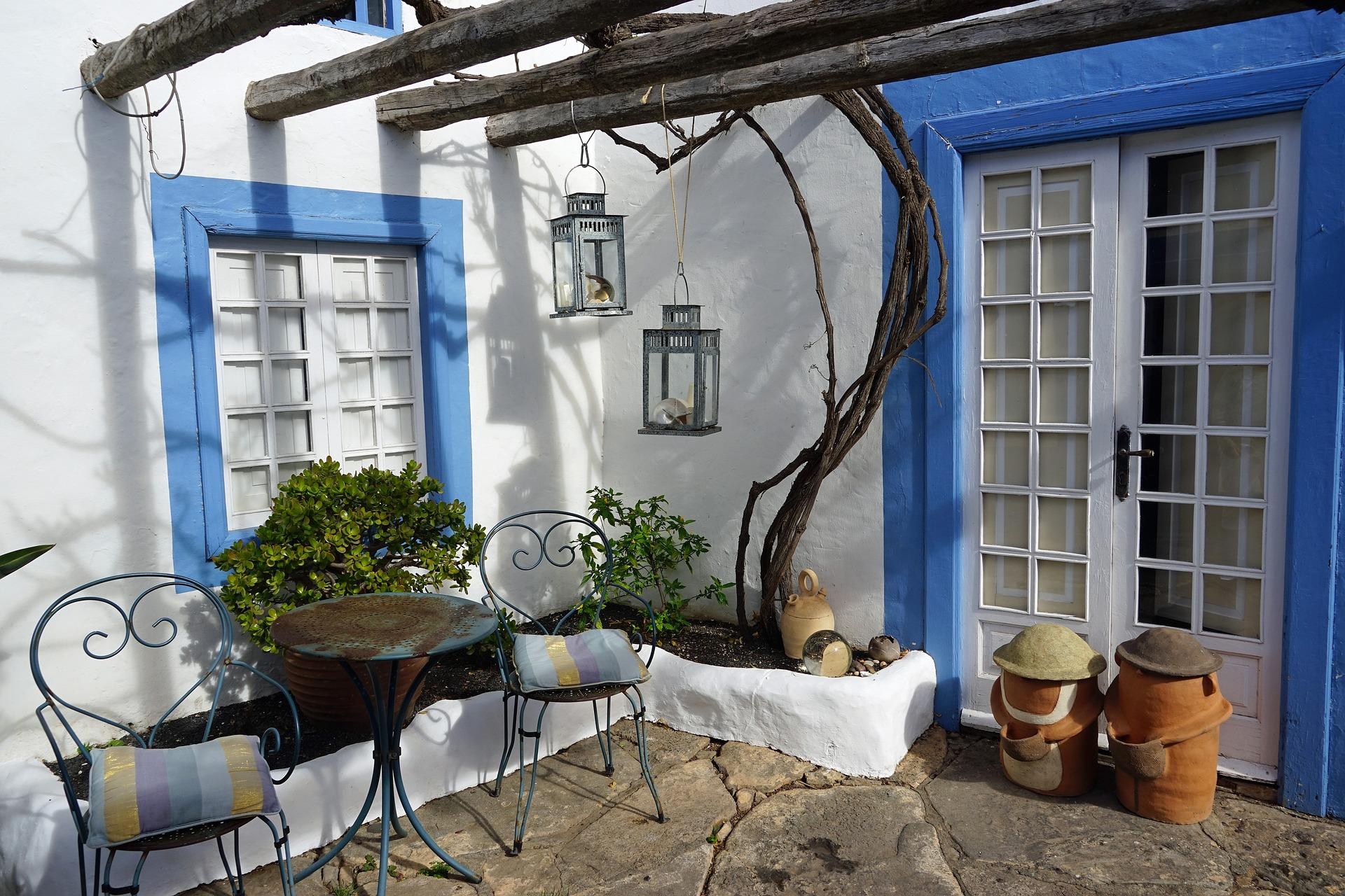 Arredo giardino azzurro: decori outdoor