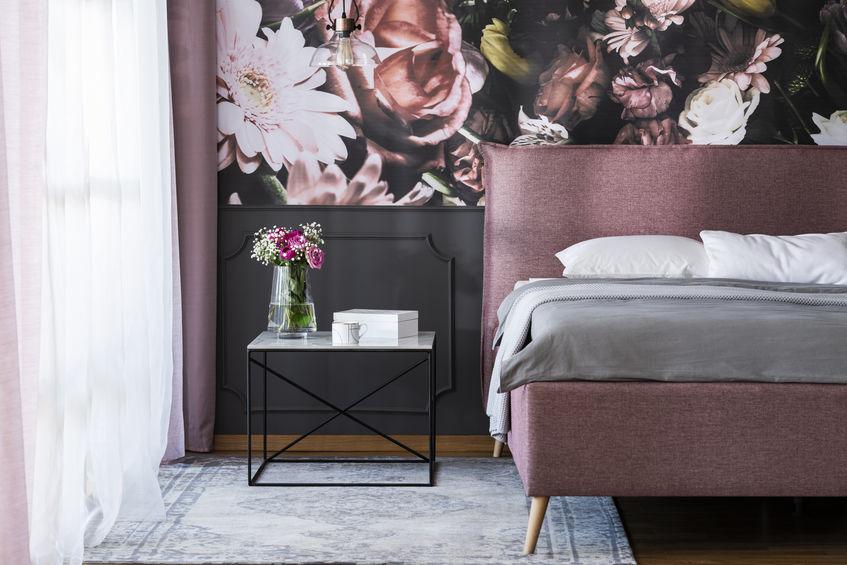 Carta da parati in camera da letto: floreale e glamour