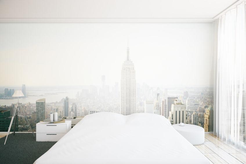 Camera da letto con carta da parati paesaggistica urban style