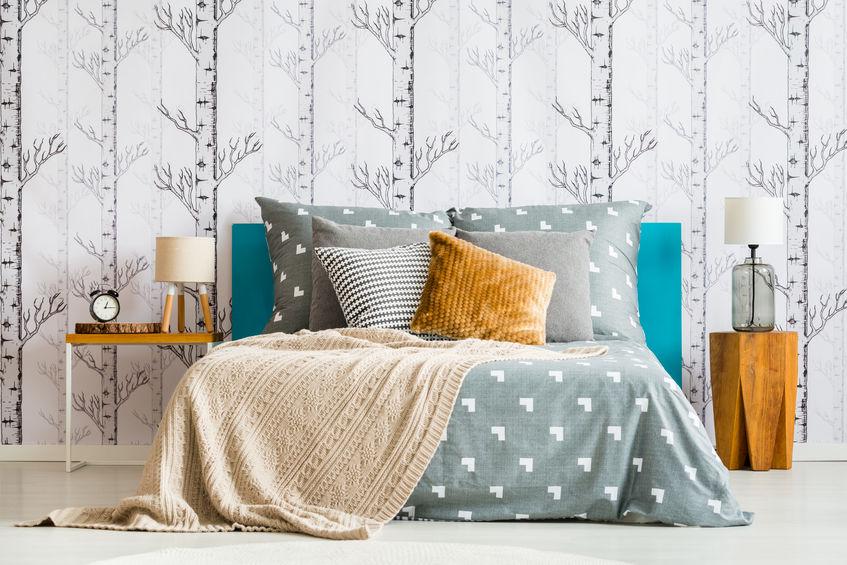 Camera da letto con carta da parati dal sapore nordico