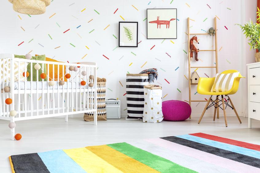 Cameretta dei bambini con pareti a righe