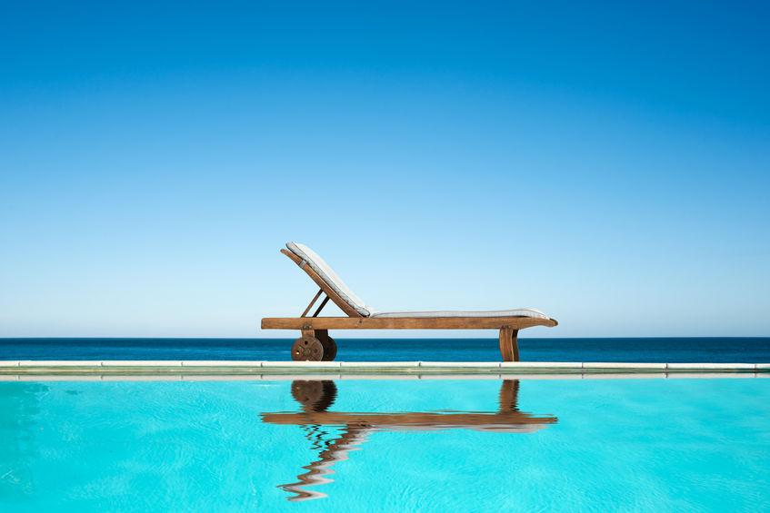 lettino in legno piscina