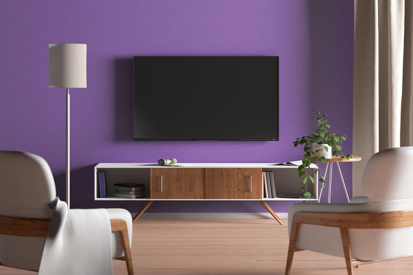 salotto con pareti viola