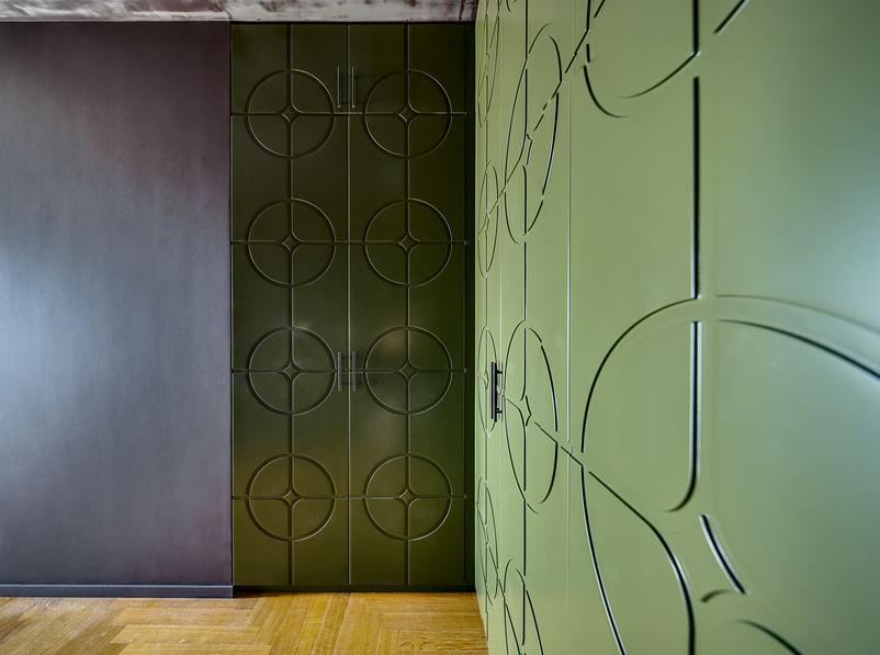 Loft: armadio a muro in ingresso minimal e multimaterico