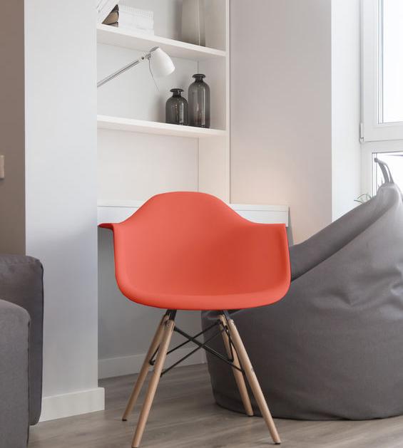 Zona studio: sedute color corallo