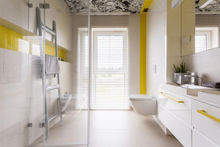 Scala a pioli in bagno, un utile porta salviette