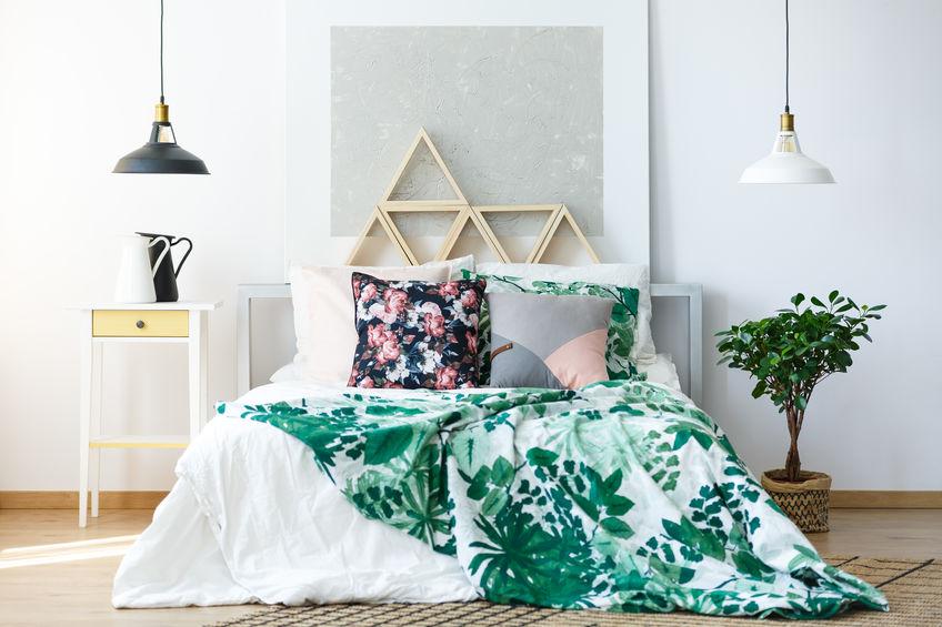 Camera da letto trendy: lenzuola floreali colorate