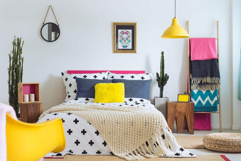 Cuscini colorati in camera da letto