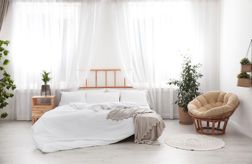 Camera da letto: tende e tessuti leggeri e trasparenti