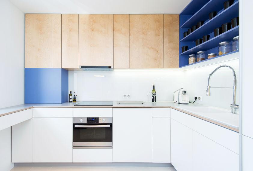 Cucina: mensole e pensili in blu