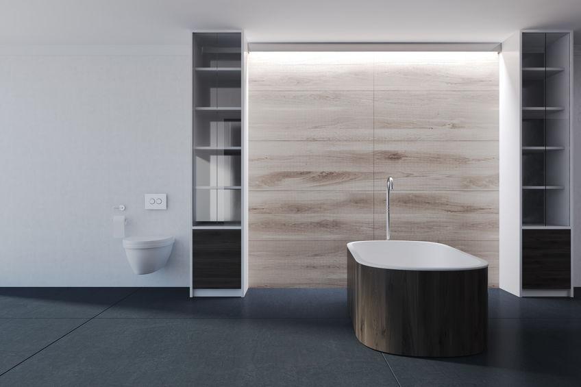 Legno in bagno: rivestimento per la vasca freestanding