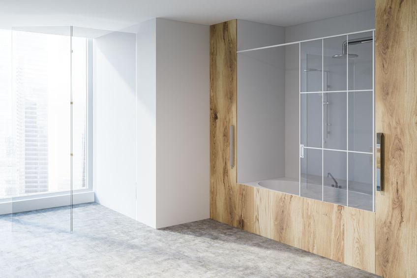 Legno in bagno: rivestimento per la vasca
