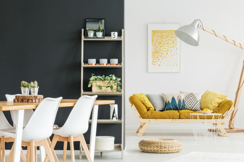 Soggiorno con lampada orientabile imponente in legno