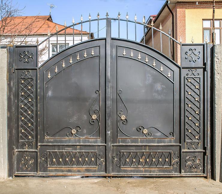 cancello in metallo con decorazioni