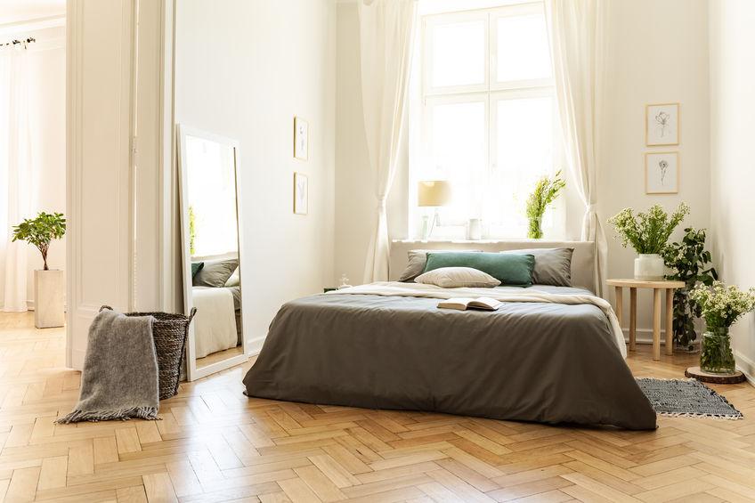 Posizionare il letto matrimoniale sotto la finestra