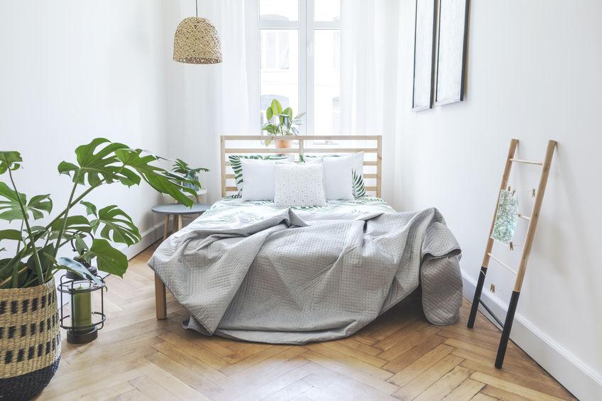 Organizzare gli spazi con un letto davanti alla finestra