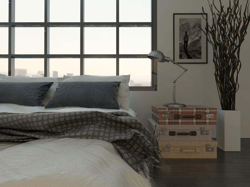 Camera matrimoniale con letto davanti alla finestra
