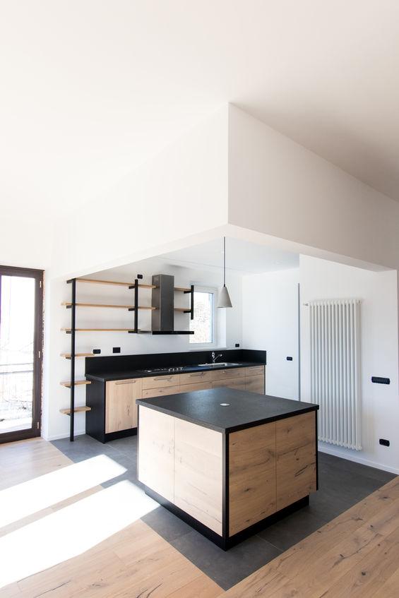 bianco, nero e legno per la cucina